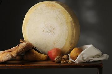 Forma di formaggio latteria con frutta e pane