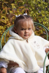 bébé fille de 15 mois boudeuse