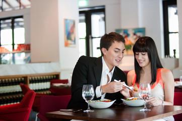 Couple Dining in Restaurant Fototapete