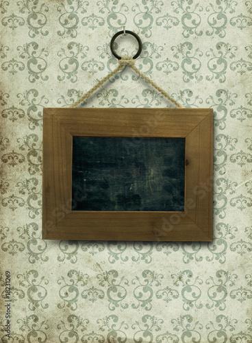 tableau noir grunge sur tapisserie vintage pour message photo libre de droits sur la banque d. Black Bedroom Furniture Sets. Home Design Ideas