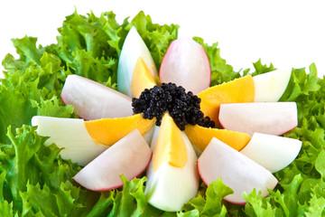 Ei mit Kaviar, Radieschen und Salat