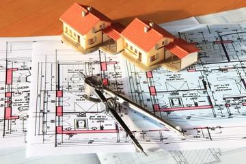 Bauplanung Hausbau, Reihenhaus Modell auf Schreibtisch