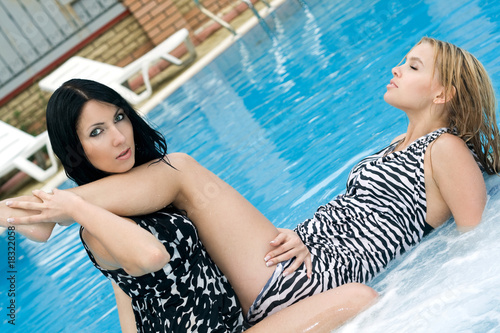 three young beauty queens are having sex in the pool  200585
