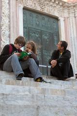 lire le guide touristique assis sur les marches