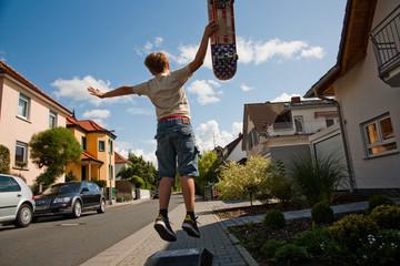 Kind übt Roller Scooter fahren, Tricks auf dem Bürgersteig