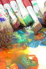 palette artiste peintre pinceaux fond blanc
