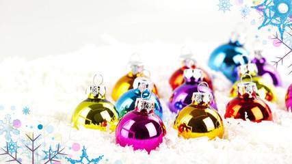 weihnachtskugeln im schnee