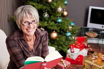 oma liest an weihnachten