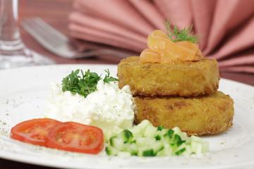 Kartoffelröstis mit Lachs und Frischkäsecreme