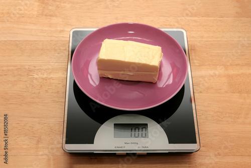 100 gramm butter auf einer waage stockfotos und lizenzfreie bilder auf bild 18582084. Black Bedroom Furniture Sets. Home Design Ideas