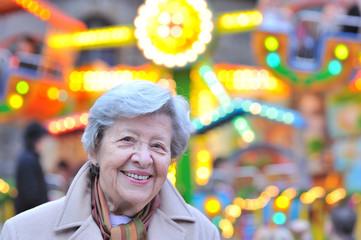 Seniorin auf Weihnachtsmarkt XIV