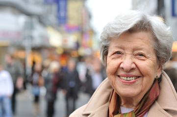 Seniorin in Fußgängerzone III