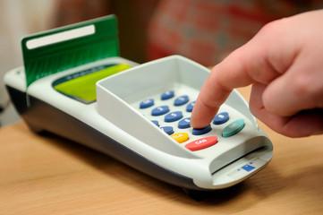Making payment using credit plastiñ card reader