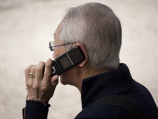 alter Mann mit Telefon