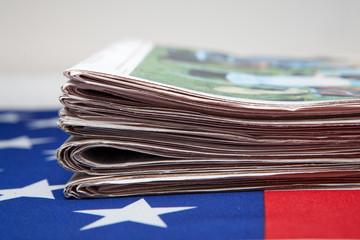 Stapel Zeitungen mit Flagge der USA