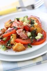 Salat mit Gemüse, Bacon und Brot