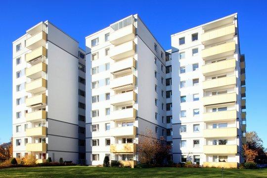 Wohnhaus Hochhaus Balkone, blauer Himel