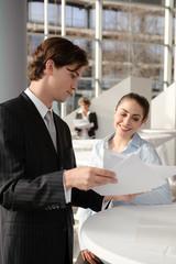 business team bespricht sich mit unterlagen in der hand