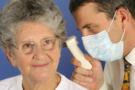 Consultation senior avec otoscope