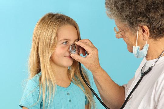 Médecin joue avec enfant