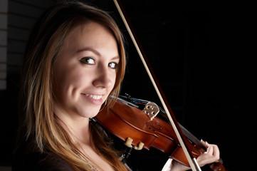 girl play on violin