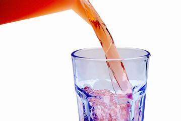 Saft in Glas gießen