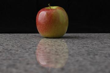 Apfel auf Granit