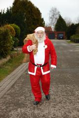 Der Weihnachtsmann auf der Straße