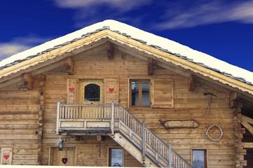 chalet de montagne sous la neige