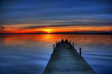 Deurstickers Pier novios mirando el horizonte