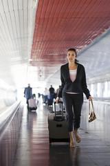 Junge Geschäftsfrau verspätet rennt zum Flugzeug