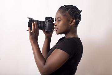 jeune femme noire prends une photo mise au point
