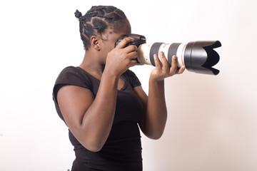 jeune femme noire prends une photo au téléobjectif