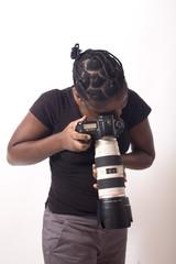 jeune femme noire prends une photo au zoom