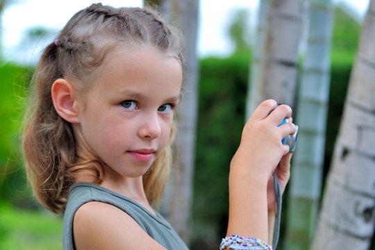 Jeune filles avec un apareil photo.
