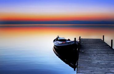 Deurstickers Pier la barca en el lago