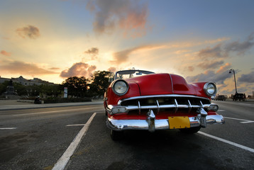 Fototapeten Autos aus Kuba Red car in Havana sunset