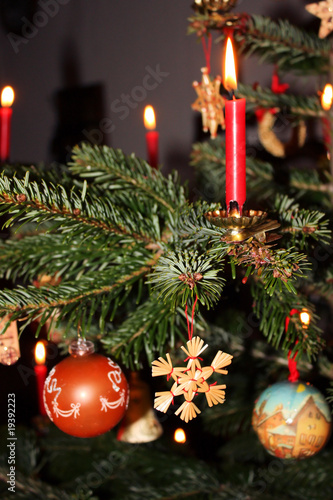 geschm ckter weihnachtsbaum mit echten kerzen stockfotos und lizenzfreie bilder auf fotolia. Black Bedroom Furniture Sets. Home Design Ideas