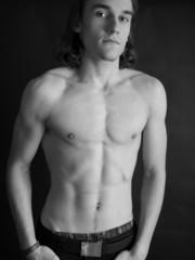 Junger Mann mit freiem Oberkörper