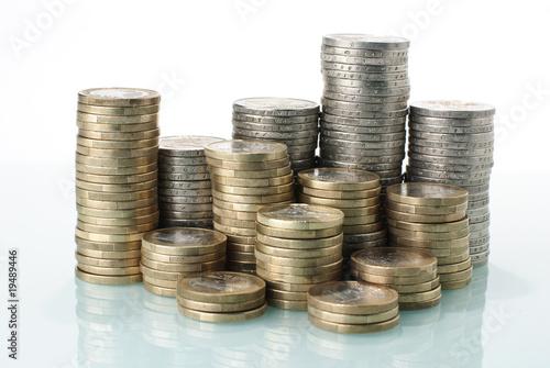 Münzgeld Stapel mit weißem Hintergrund