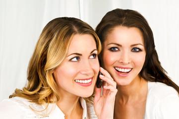 Zwei Freundinnen am Handy