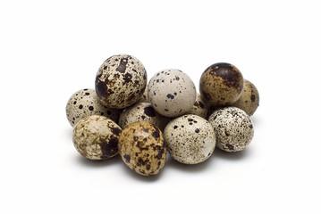 Montón de huevos de codorniz.