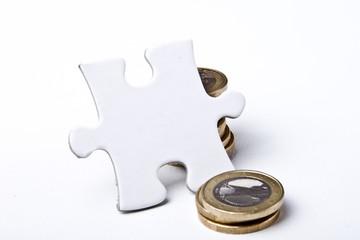 Münzstapel mit Blanko-Puzzle