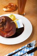 bayerische Schweinshaxe mit Kartoffelknödel