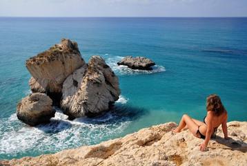 Garden Poster Cyprus Mädchen über Aphroditefelsen