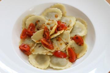 tortelloni mit tomaten-basilikum-sauce