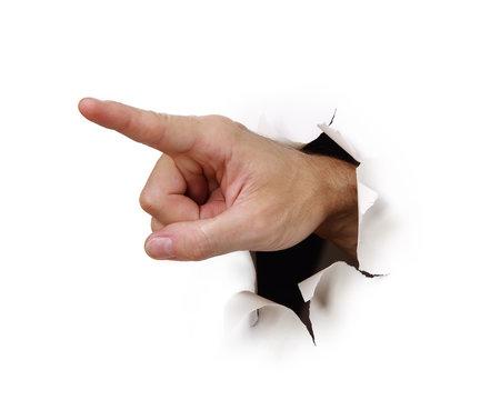Hand zeigt durch Loch in Papierwand