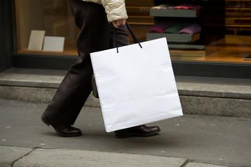 Donna in giro per negozi a fare shopping