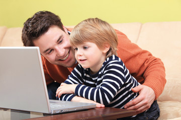 Vater und Sohn am Computer