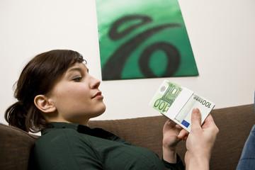 Frau mit Geldscheinen